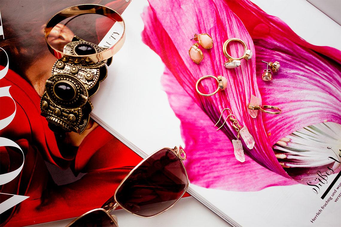 Ringe und Ohrringe im trendigen Kristall-Look